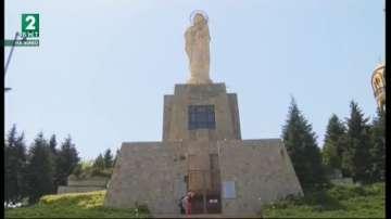 Статуята на Богородица в Хасково се руши