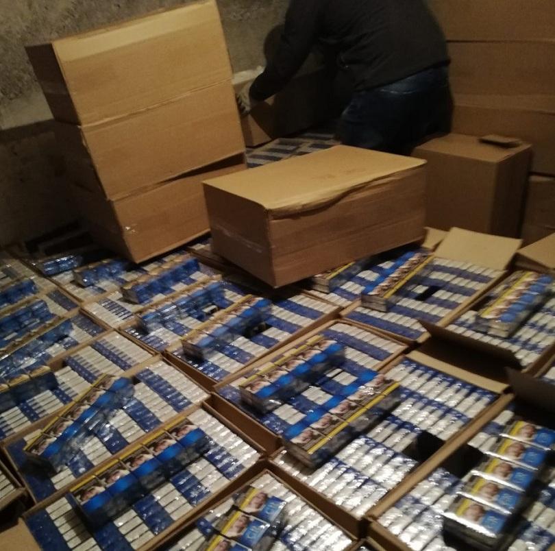 Над 900 000 къса нелегални цигари задържаха митнически служители