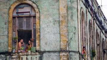 Кубинци гледат моторкадата с президента на САЩ по улиците на Хавана