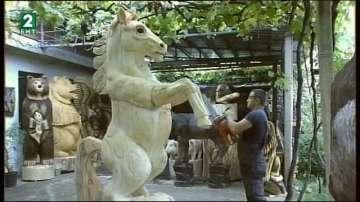 Млад мъж прави дървени фигури на животни с моторна резачка