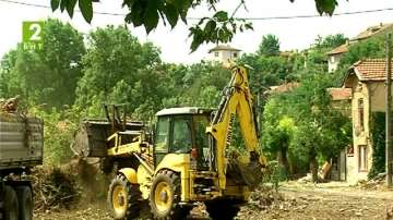 Събарят опасни ромски къщи в Плевен