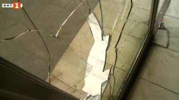 Вандал счупи стъклото на входната врата на Община Русе