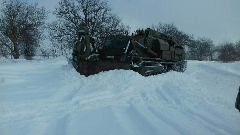 снимка 3 Трети ден армията помага в разчистването на снега в Плевенско