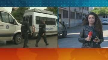 Костенец девети ден е под полицейска обсада