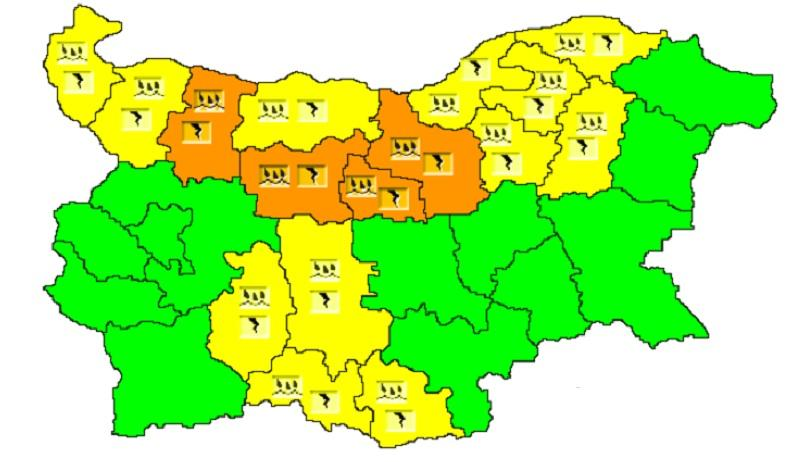 Предупредителни кодове за опасно време са обявени в 16 области