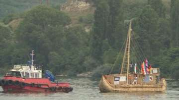 Пуснаха на вода тръстиков кораб в Белославското езеро