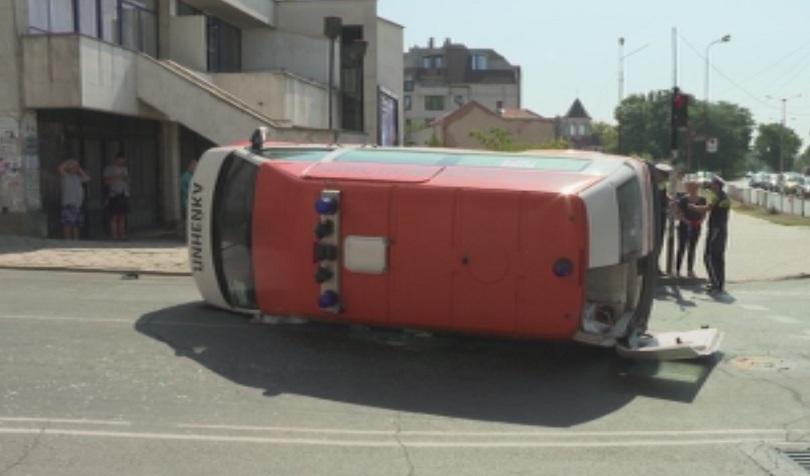 Катастрофа между линейка и джип стана на оживено кръстовище в