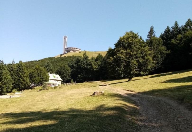 Общината в Казанлък съобщи, че е почистила местността край връх