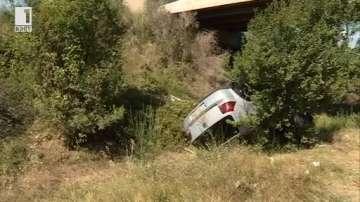 Кола падна от мост над главен път Е79