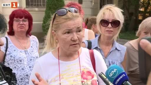 На пореден протест пред сградата на общината излязоха медицински сестри