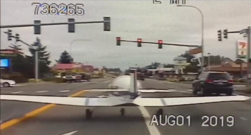 Снимка: Самолет кацна аварийно върху магистрала в САЩ
