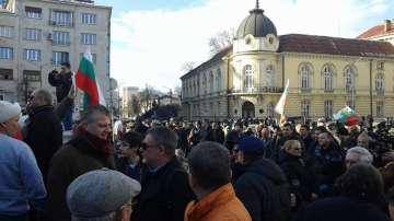 Протест пред парламента при засилено полицейско присъствие