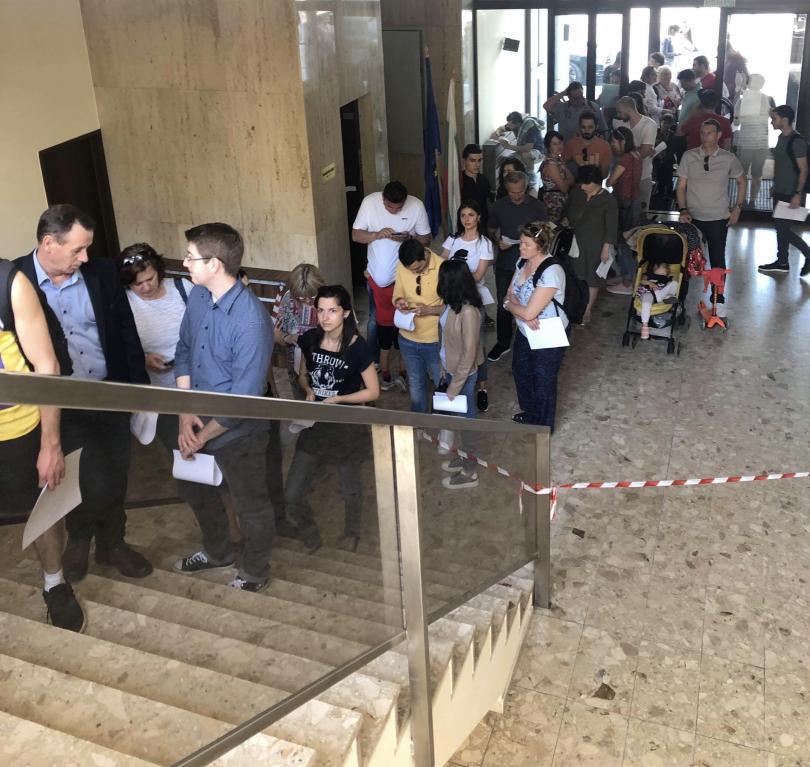 снимка 2 Опашки пред българска избирателна секция във Виена