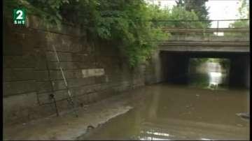 Езеро от дъждовна вода блокира път във Варна