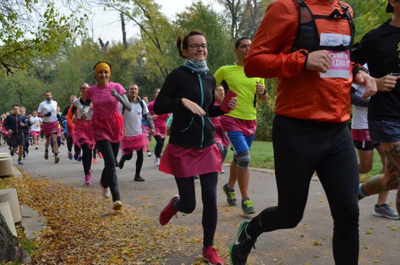 снимка 3 Близо 600 души бягаха с розови поли в подкрепа на болните от рак на гърдата