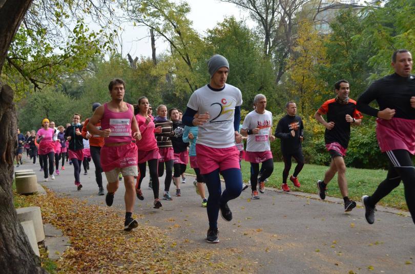 снимка 2 Близо 600 души бягаха с розови поли в подкрепа на болните от рак на гърдата