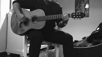 Извън кадър: Репортерът Тихомир Игнатов сваля напрежението с китара