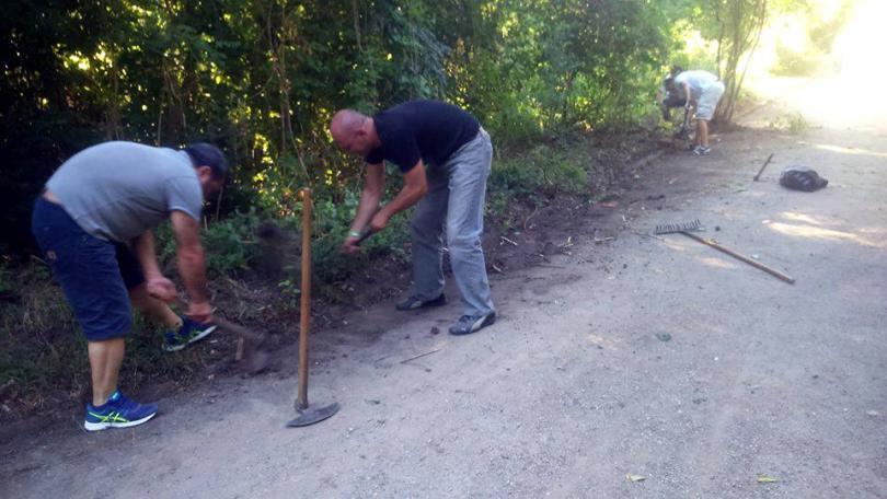 снимка 8 Защитниците на парк Бедечка почистиха алеите на парка (СНИМКИ)