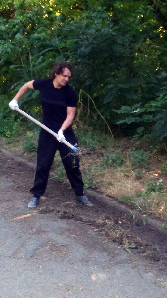 снимка 10 Защитниците на парк Бедечка почистиха алеите на парка (СНИМКИ)