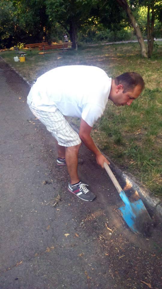снимка 11 Защитниците на парк Бедечка почистиха алеите на парка (СНИМКИ)
