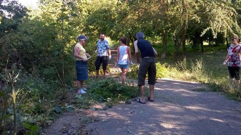 снимка 13 Защитниците на парк Бедечка почистиха алеите на парка (СНИМКИ)