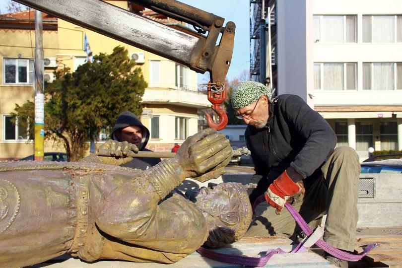 """Остра полемика """"за"""" и """" против"""" предизвиква паметникът на цар Иван Срацимир във Видин, дело на скулптура Александър Хайтов."""