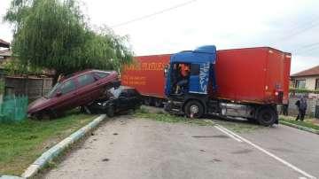Румънски ТИР предизвика верижна катастрофа в шуменско село (СНИМКИ)