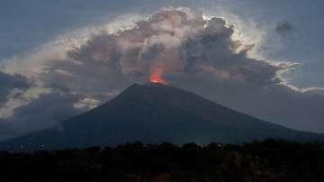 Хаос на Бали - хиляди туристи са блокирани заради избухването на вулкан (СНИМКИ)