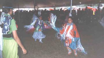 Пау-уау е състезание по танци и песни, отворено със свободен достъп за всички. Много популярно събитие, което се организира в различните общности.