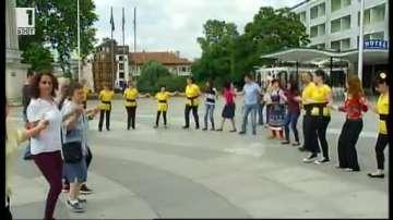 """Танцови състави от цялата страна се включиха в инициативата """"Танцувай с нас"""
