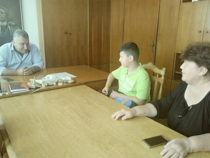 снимка 1 11-годишно дете намери и върна портфейл с 1205 лв. на пенсионер