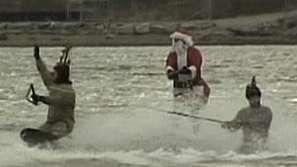 Дядо Коледа кара водни ски