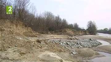 Почистват зоните около реки