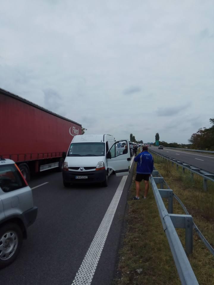 снимка 1 Катастрофа на 80-и км посока София. Колоната е повече от 5 км