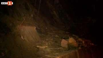 Скална маса и камъни затрудниха движението по няколко пътя в Пазарджишко