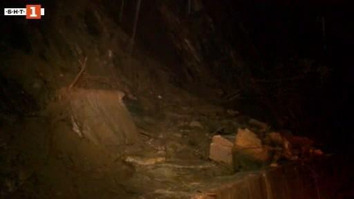 Скална маса и камъни затрудниха тази вечер движението пътищата Пещера-Батак,