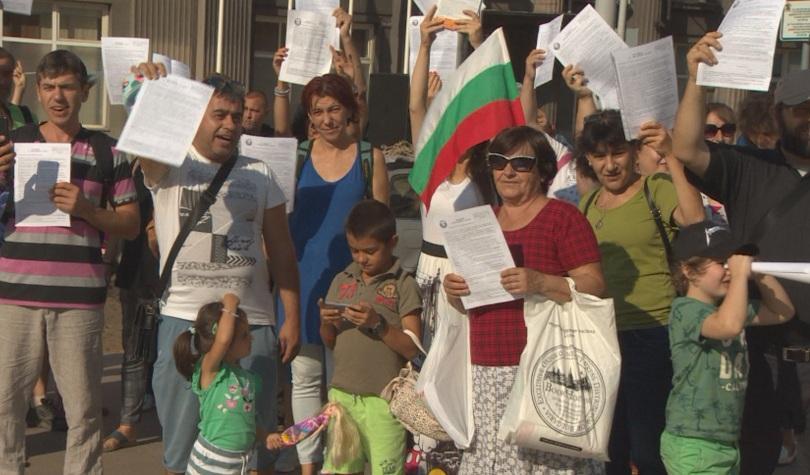Преди началото на учебната година родители излязоха на протест в
