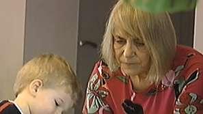 Само 5000 баби ще получават заплати за това, че отглеждат внучетата си