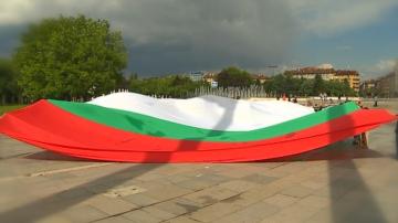 Ученици развяха огромно българско знаме пред НДК