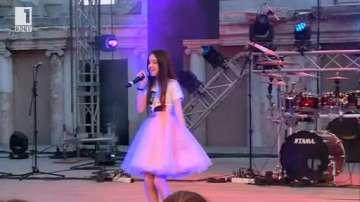 Лидия Ганева пя по време на концерта на Графа на Античния театър в Пловдив
