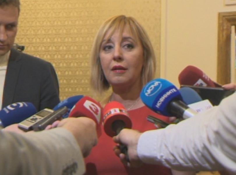 снимка 2 Мая Манолова подсети с череши депутатите за очакваща ги работа