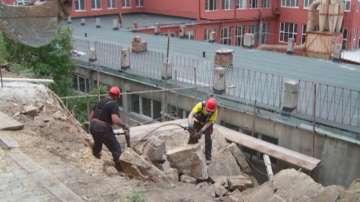 Опасна скала надвисна над училище в Пловдив