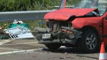 Жена загина след сблъсък на камион и туристически бус на Петолъчката
