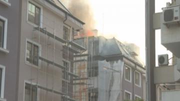 Пожар изпепели покрив на жилищен блок във Велико Търново