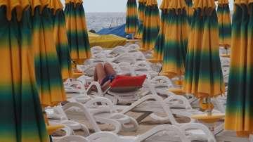 Глобяват консеционера на Нестинарка заради цените на чадърите