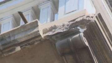 Парче от балкон падна в центъра на София