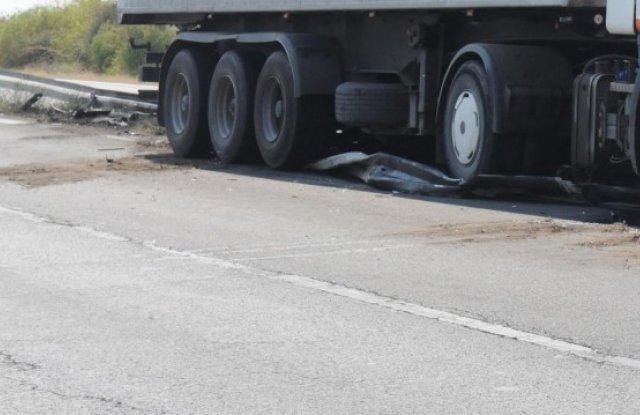 Ремарке на турски ТИР, натоварено с автомобилни гуми, се запали