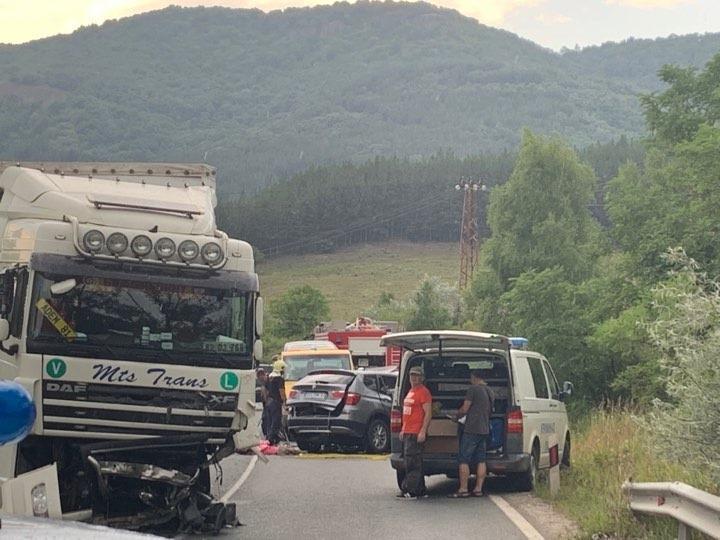 Тежка катастрофа с един загинал затвори пътя към Калотина (Снимки)
