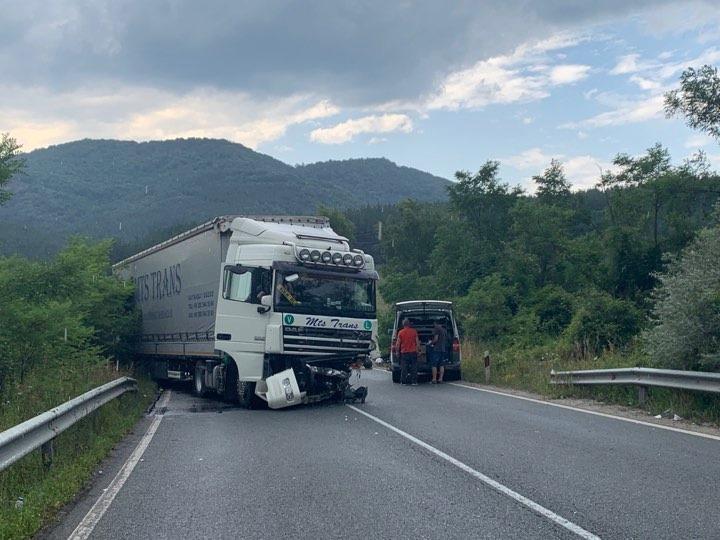 снимка 1 Тежка катастрофа с един загинал затвори пътя към Калотина (Снимки)