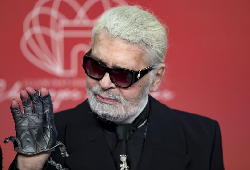 Прочутият моден дизайнер Карл Лагерфелд почина на 85-годишна възраст, съобщиха